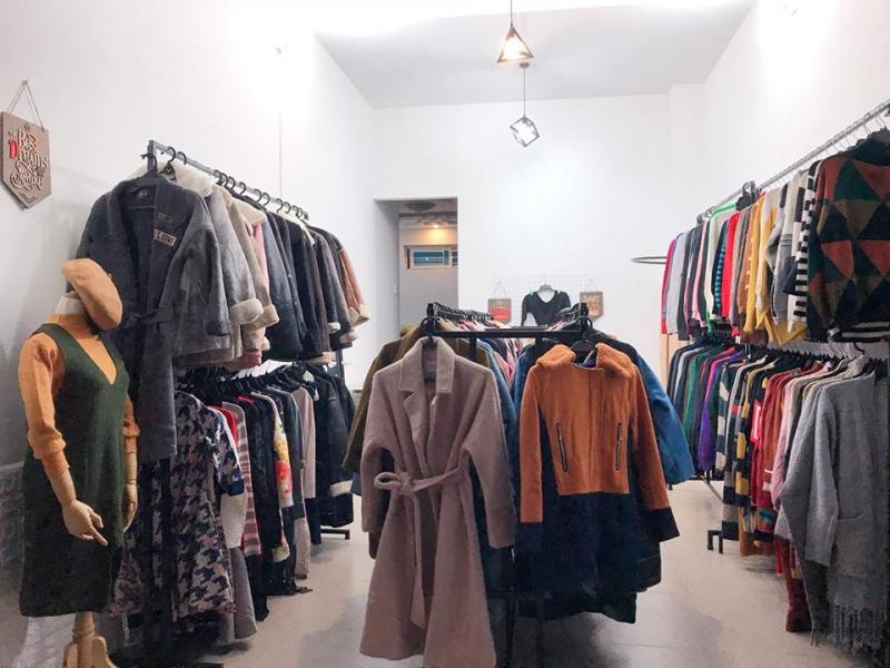 Sản phẩm của Rinny's Store rất đa dạng và phong phú, từ các lọa áo sơ mi, áo nỷ Hoodie, chân váy, quần sóc, quần jeans, váy liền, váy vintage,... Đến cả giày, boot nữa nhé
